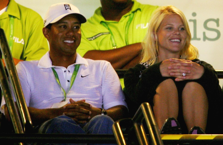 O jogador profissional de golfe Tiger Woods chocou o mundo ao admitir que havia traído a esposa, a modelo Elin Nordegren, inúmeras vezes, reconhecendo também que era viciado em sexo. Ela pediu o divórcio imediatamente. (Foto: Getty Images)