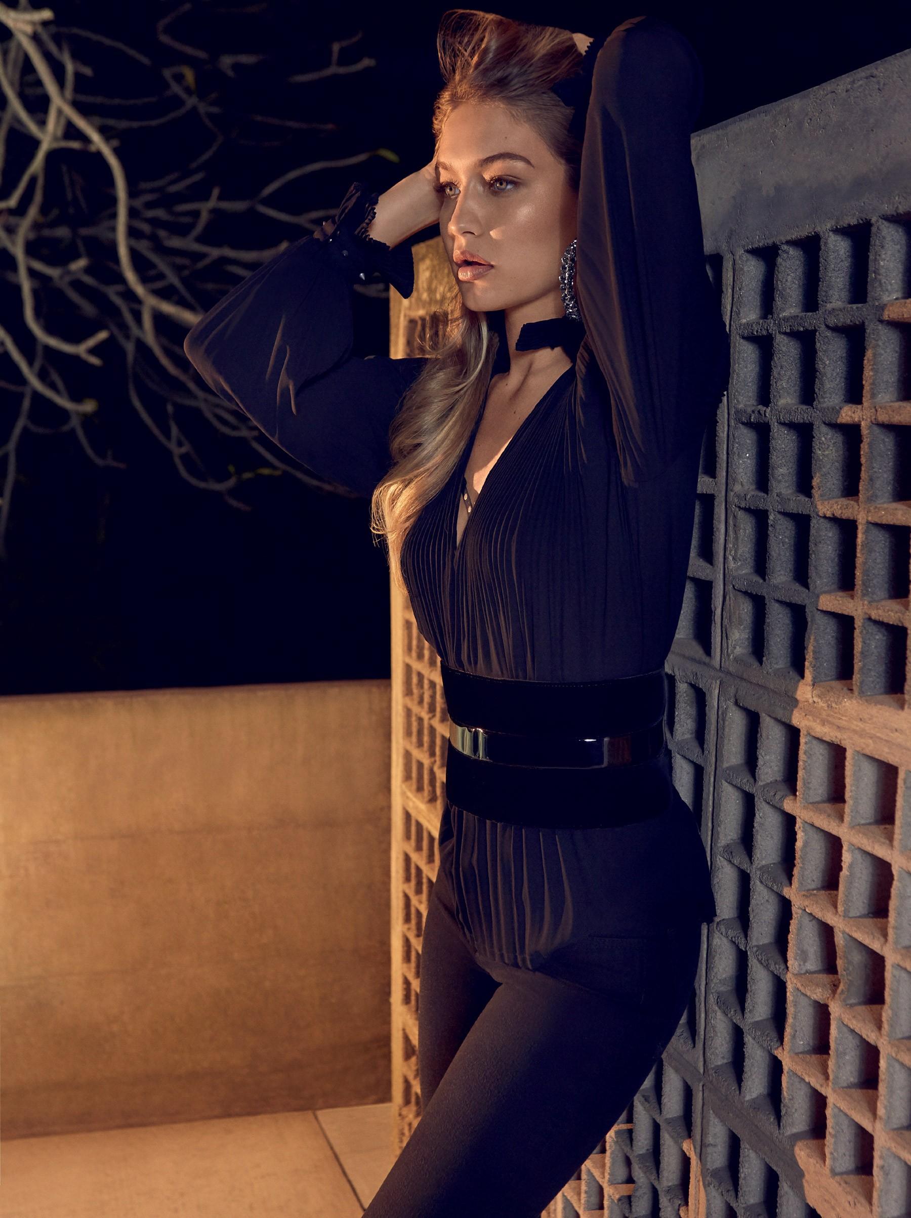 Gigi Hadid usa camisa, sutiã e calça, tudo John John; cinto Giorgio Armani; e brincos, Bo.Bô (Foto: Reprodução/Vogue Brasil)