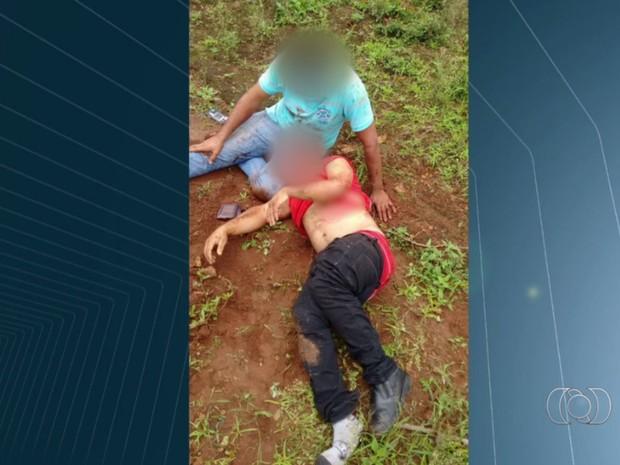 Motorista socorre passageiro após capotamento na BR-158, em Jataí, Goiás (Foto: Reprodução/ TV Anhanguera)