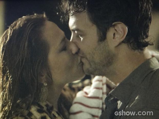 Shirley volta a tascar um beijão em Laerte (Foto: Em Família/TV Globo)