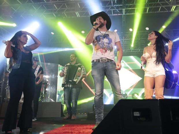 Simone e Simaria com Sorocaba em show em São Paulo (Foto: Rafael Cusato/ Brazil News)