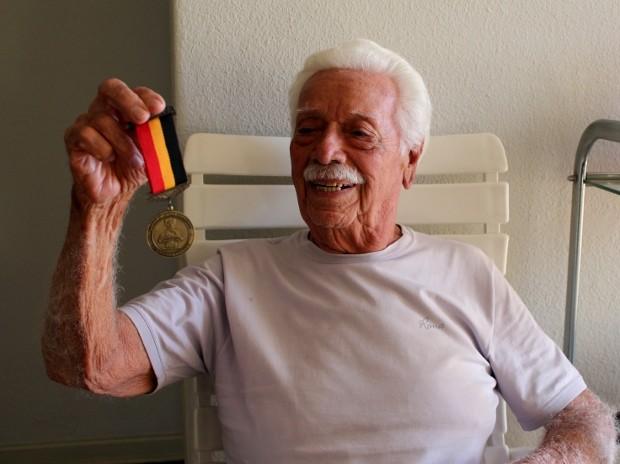 Cid de Souza exibe, orgulhoso, a medalha que ganhou da Prefeitura de Sorocaba (SP) (Foto: Geraldo Jr. / G1)