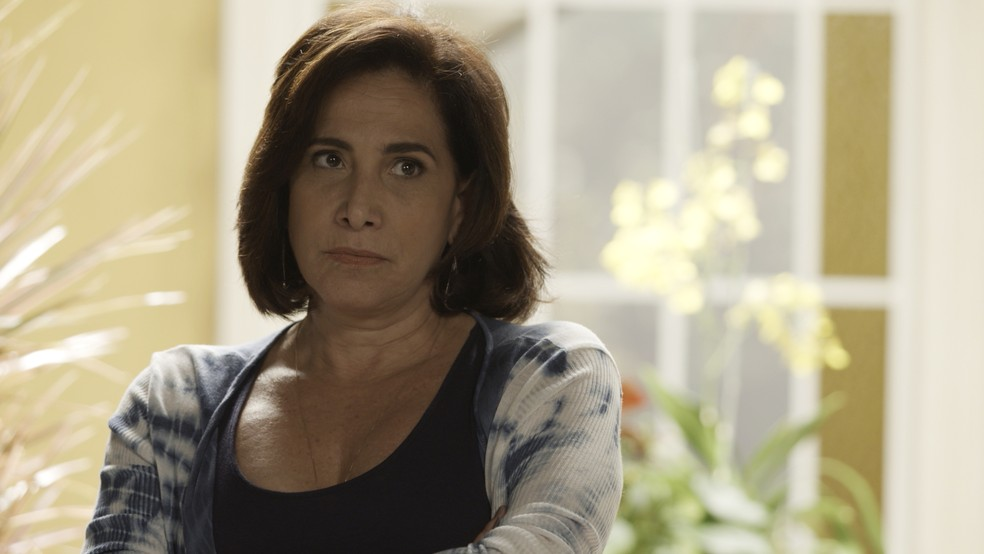 Heleninha (Totia Meireles) viu a imagem do comparsa de Rubinho (Emilio Dantas) na TV, lembrou da foto de Yuri (Drico Alves) e descobriu que Rubinho é culpado. Desesperada, a veterana desabafa com Junqueira (João Camargo) (Foto: TV Globo)