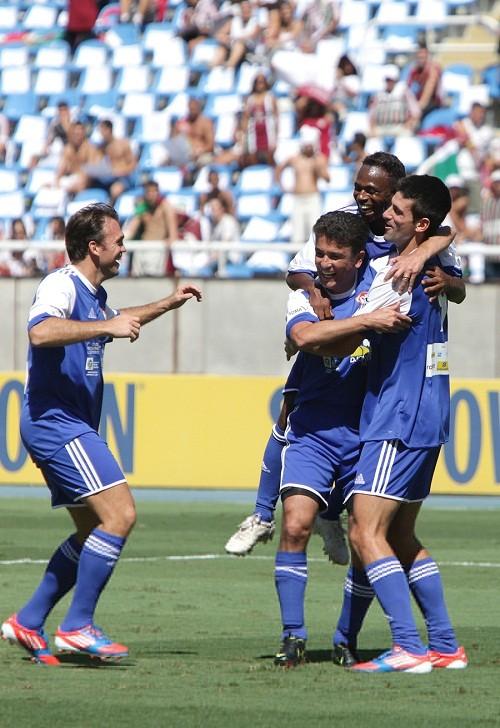 Foto (Foto: Djokovic comemora seu gol com Edilson, Bebeto e Pet)