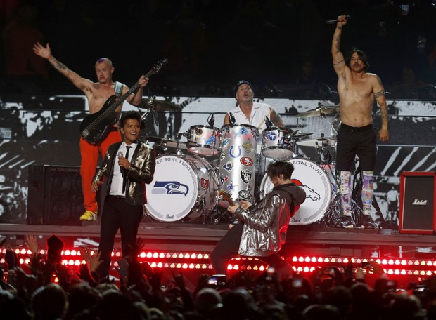 Bruno Mars canta com a banda Red Hot Chili Peppers no Super Bowl em Nova Jersey, nos Estados Unidos (Foto: Carlo Allegri/ Reuters)