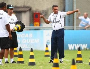 Luxemburgo conversa com auxiliares Roger e Antonio Lopes (Foto: Lucas Uebel/ Grêmio FBPA)