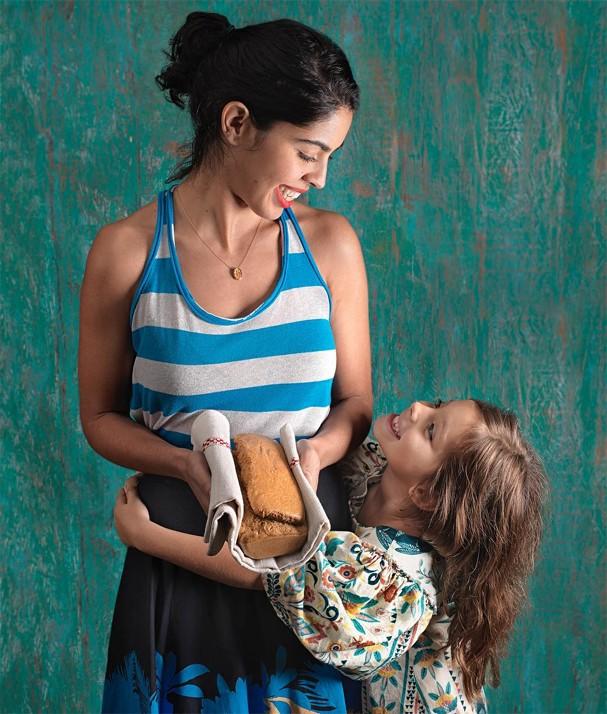 Bela Gil (superadepta do lowsumerism) com a filha mais velha, Flor (Foto: Divulgação)