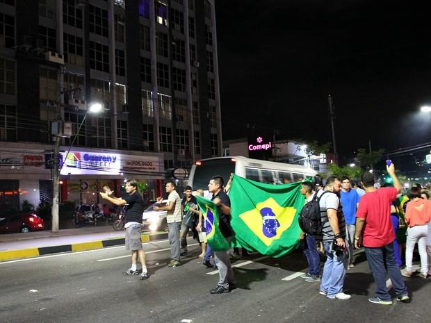 Polícia Militar estimou cerca de 200 pessoas no início da noite desta quarta-feira (Foto: Indiara Bessa/G1 AM)