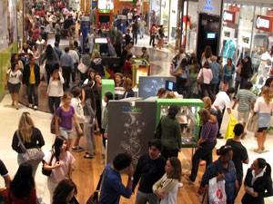 Movimento foi grande em shopping da Barra da Tijuca, no Rio (Foto: Henrique Porto/G1)