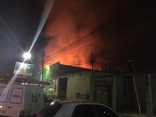 Incêndio destruiu prédio comercial em Porto Velho (Foto: Gessica Castro/Arquivo pessoal)
