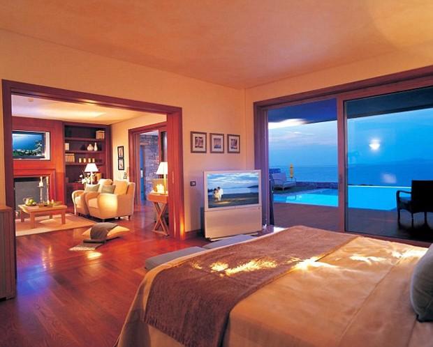 As suites no Grand Lagonissi são todas de luxo e estão equipados com televisões e camas gigantes, além de uma área de estar relaxante (Foto: Reprodução)