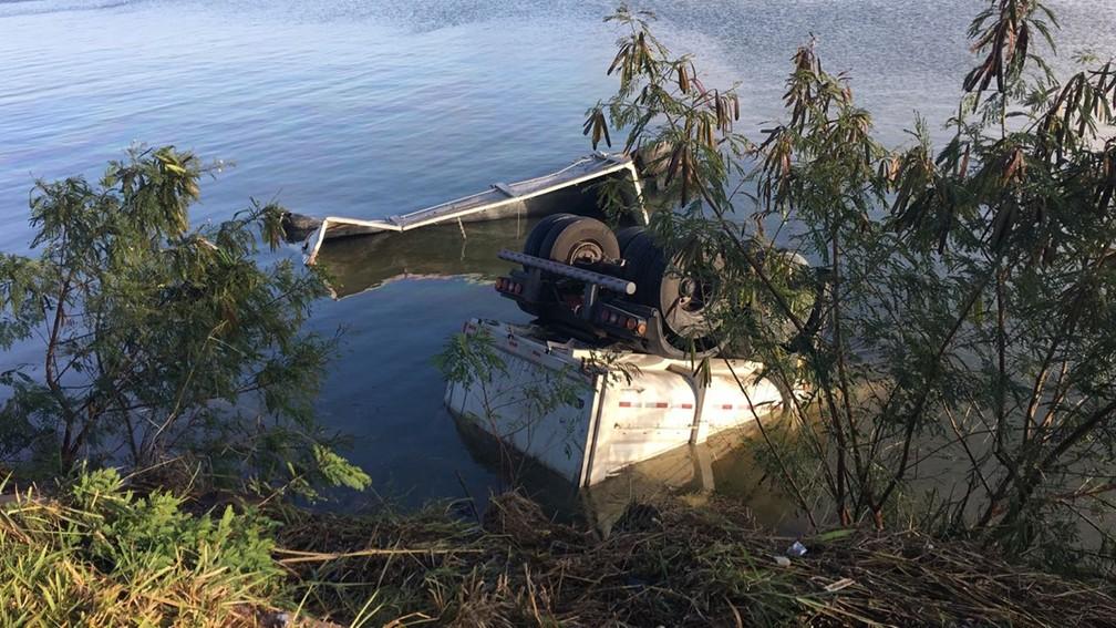 Com o impacto da batida, caminhoneiro caiu em represa em Avaré (Foto: Pedro Salgado/TV TEM)