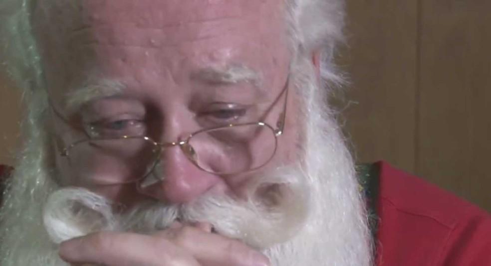 Papai noel se emociona ao falar sobre menino de cinco anos que morreu em seus braços (Foto: Reprodução/ Knoxnews.com)