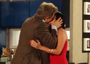 Na cabeça do empresário, ele dá um beijaço em Roberta (Foto: Guerra dos Sexos / TV Globo)