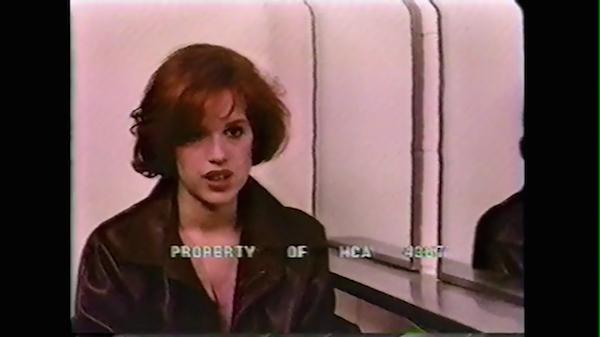 A atriz Molly Ringwald na cena deletada inédita de O Clube dos Cinco (1985) (Foto: Divulgação)