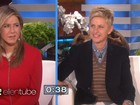 Jennifer Aniston usa sutiã inflável e tira sarro de Kim Kardashian