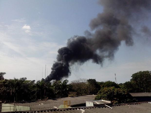 Fumaça preta é registrada saindo da Vale (Foto: VC no ESTV)
