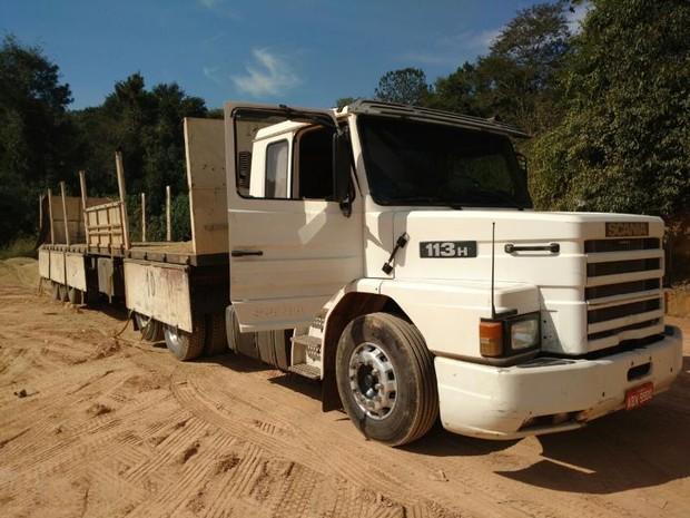Entorpecentes estavam escondidos entre carga de aveia em caminhão (Foto: Fernando Bellon/TV TEM)
