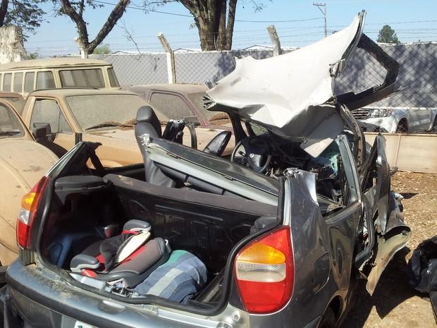 Veículo ficou destruído depois de acidente em rodovia entre Piracicaba e São Pedro (Foto: Edijan Del Santo/EPTV)