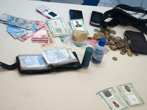 Polícia apreendeu barra de crack e dinheiro com os suspeitos (Foto: Divulgação/PC)