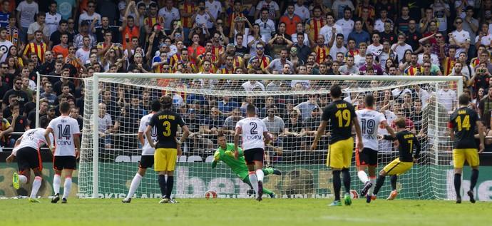 Diego Alves defende pênalti em Valencia x Atlético de Madrid (Foto: EFE/Miguel Ángel Polo)