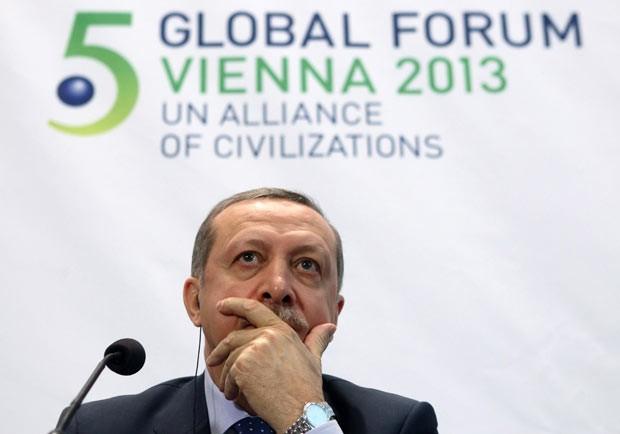 O premiê da Turquia, Tayyip Erdogan, discursa nesta quarta-feira (27) em fórum da ONU em Viena, na Áustria (Foto: AFP)