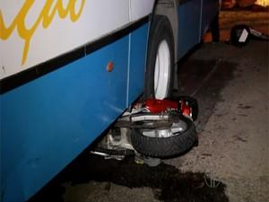 Moto ficou presa embaixo do ônibus após a colisão (Foto: Reprodução/Inter TV Cabugi)