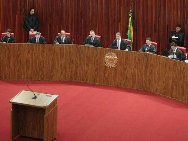 Ministros do TSE durante sessão que julgou contas da campanha de Dilma (Foto: Nelson Jr. / TSE)