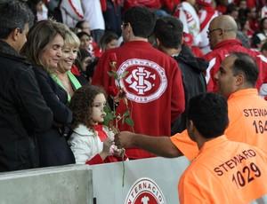 Mães ganham rosas durante Inter x Atlético-PR (Foto: Diego Guichard)