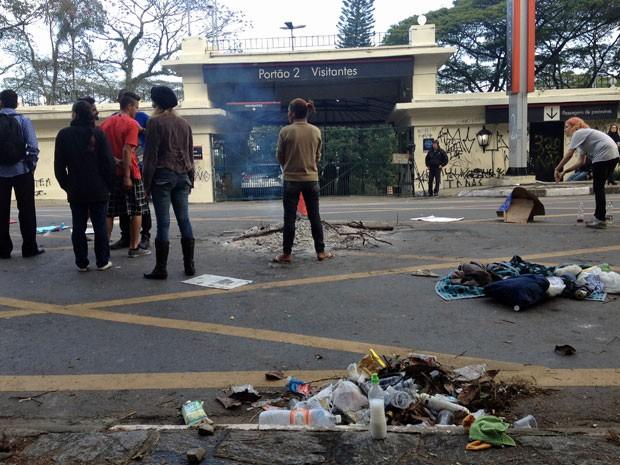 Manifestantes concentrados em frente ao Palácio dos Bandeirantes (Foto: Kleber Tomaz/G1)