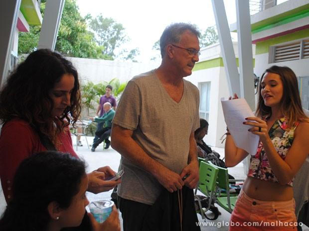 Rosane Svartman acompanha Pedro Bial e Juliana Paiva passando o texto (Foto: Malhação / Tv Globo)
