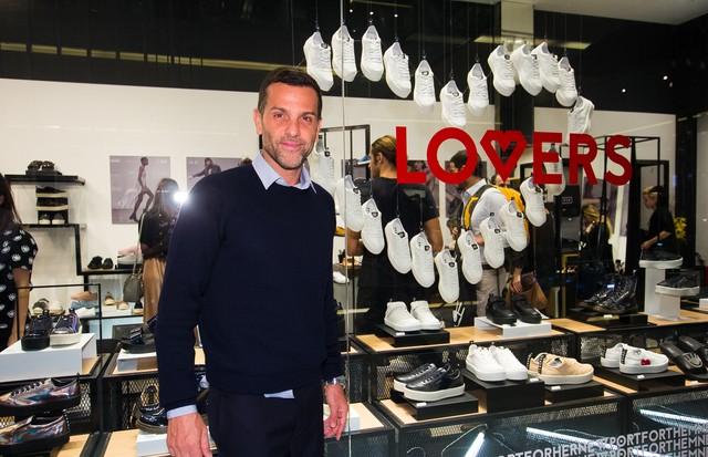 Alexandre Birman recebeu convidados na nova loja da Fiever (Foto: Arthur Vahia/ Divulgação)