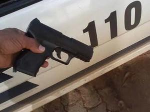 Simulacro de arma de fogo encontrado dentro do carro roubado (Foto: Polícia Militar/Reprodução)