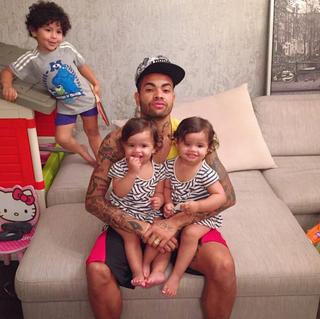 Dani Souza parabeniza o marido, Dentinho, com fotos dos filhos (Foto: Reprodução/Instagram)