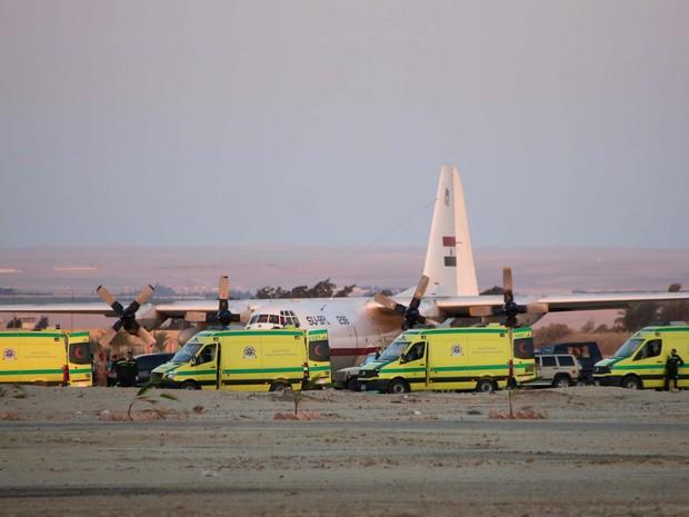 Ambulâncias fazem fila no aeroporto militar de Kabrit enquanto equipes de emergência transportam corpors de vítimas da queda do avião russo no Sinai  (Foto: AP Photo/Amr Nabil)