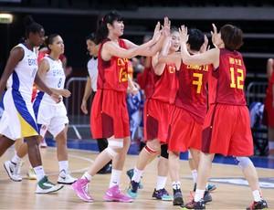 Seleção chinesa comemora vitória sobre Brasil na disputa pelo quinto lugar (Foto: Divulgação)