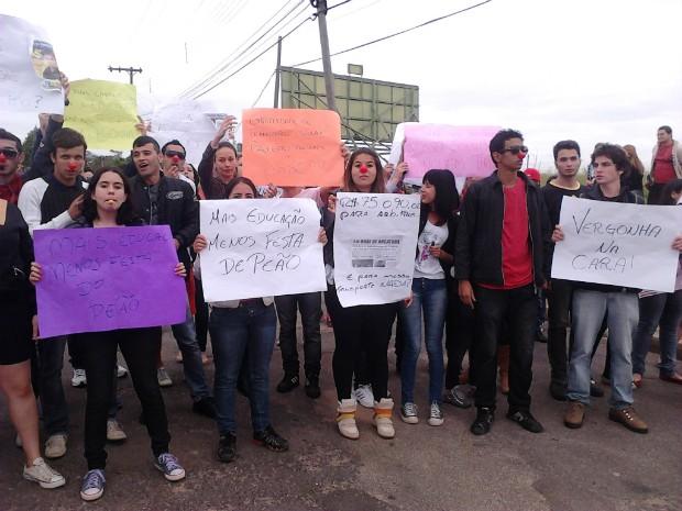 Com cartazes, estudantes fizeram manifestação em Angatuba (SP). (Foto: Cláudio Nascimento / TV TEM)
