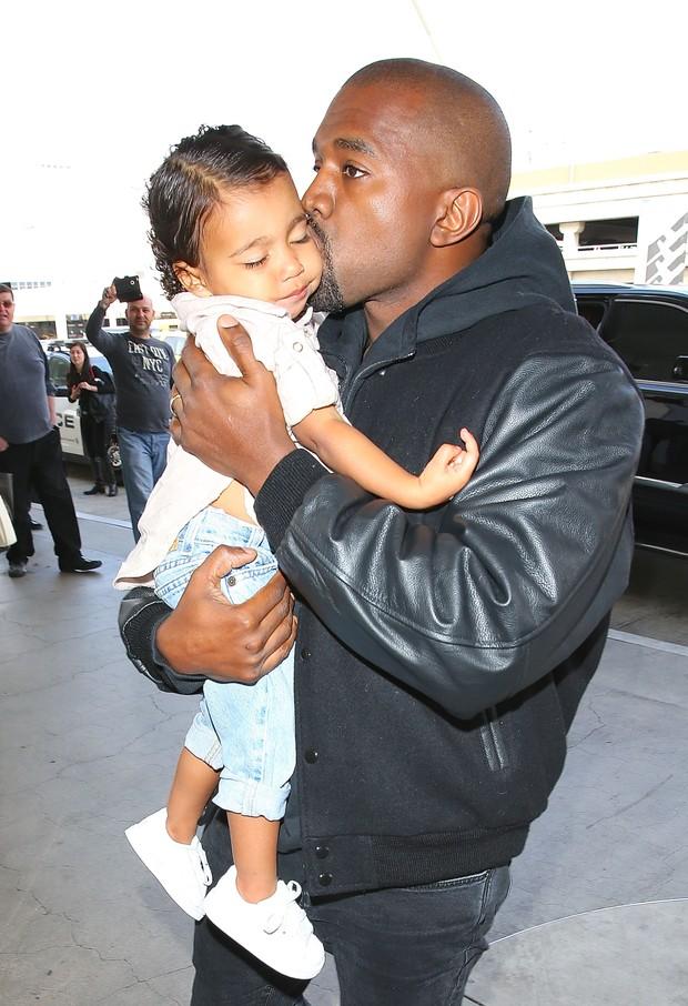 X17 - Kanye West com a filha North West em aeroporto de Los Angeles, nos Estados Unidos (Foto: X17online/ Agência)