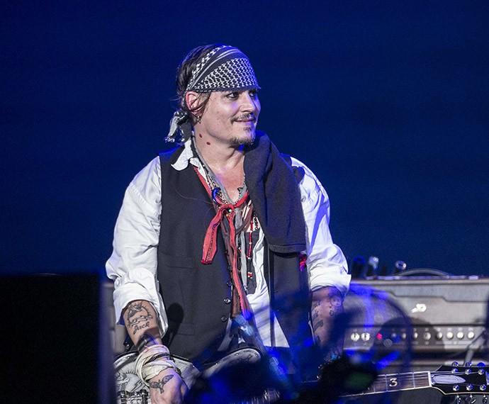 Johnny Depp e a mordida de vampiro no pescoço (Foto: Inácio Moraes/Gshow)