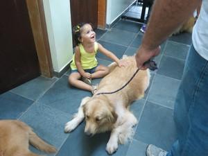 Garota se encanta com 'nova amiga' (Foto: Anna Gabriela Ribeiro / G1 Santos)