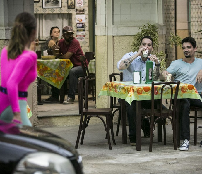 Feirante chama a atenção dos vizinhos (Foto: Raphael Dias/Gshow)