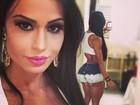 Gracyanne Barbosa exibe decotão e bumbum empinado em foto