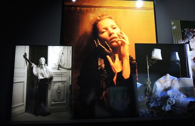 """Tim Walker, presidente do júri fotográfico, também exibe seleção de fotos na mostra """"Mirrors"""", um passeio por cliques e por seu processo criativo através de testes de luz e cortes à mostra ao público (Foto: Carlos Augusto Santos)"""