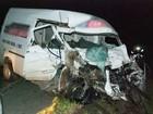 Homem morre e idoso fica ferido em batida entre van e caminhão em SC