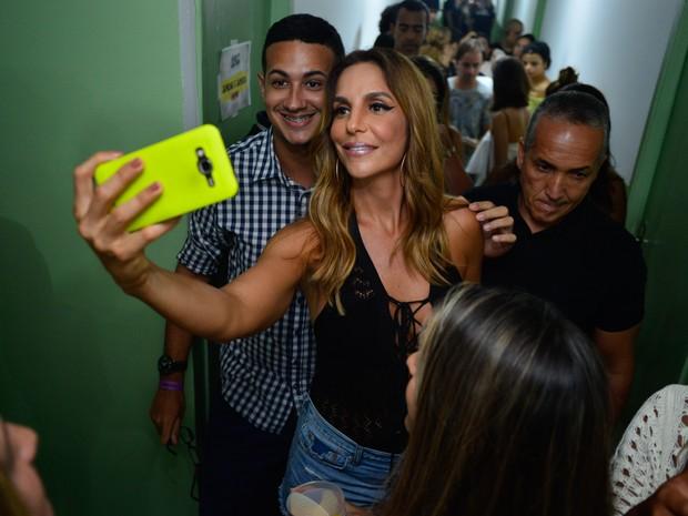 Ivete Sangalo com fã em bastidores de show em Salvador, na Bahia (Foto: André Muzell/ Brazil News)