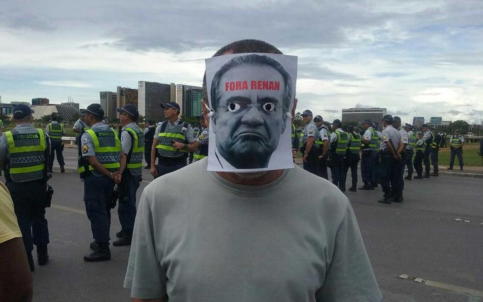 Manifestante usa máscara pedindo saída do presidente do Senado, Renan Calheiros, em ato contra a aprovação da PEC do teto de gastos (Foto: Luiza Garonce/G1)