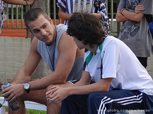 Fábio diz que Vitor não tem tamanho para entrar na equipe (Foto: Malhação / TV Globo)