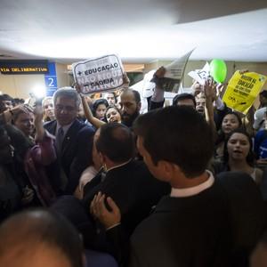 Tumulto na saída de deputados da CCJ que avalia redução da maioridade penal (Foto: Marcelo Camargo / Agência Brasil)