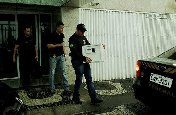 Policiais federais, da Operação Saqueador, no prédio do empresário Fernando Cavendish, na Zona Sul do Rio (Foto: Gabriel de Paiva/ Ag. O Globo)