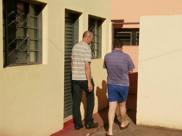 Jovem, de 32 anos, é recebido por funcionário ao chegar em instituição de acolhimento para pessoas em situação de rua, em Ribeirão (Foto: Valdinei Malaguti/EPTV)